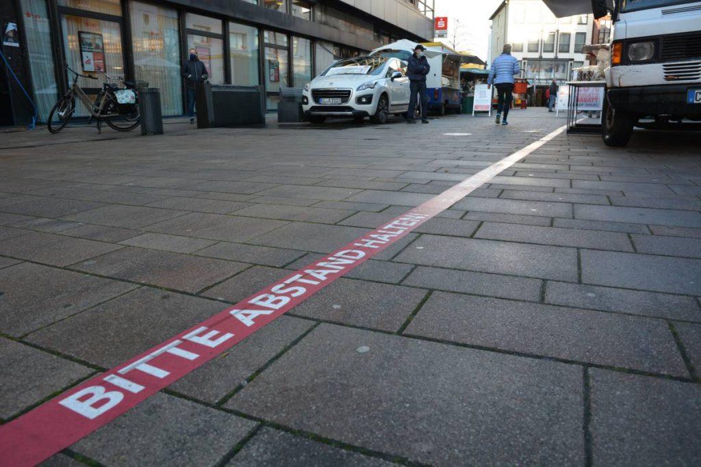 Abstandsmarkierung auf dem Boden